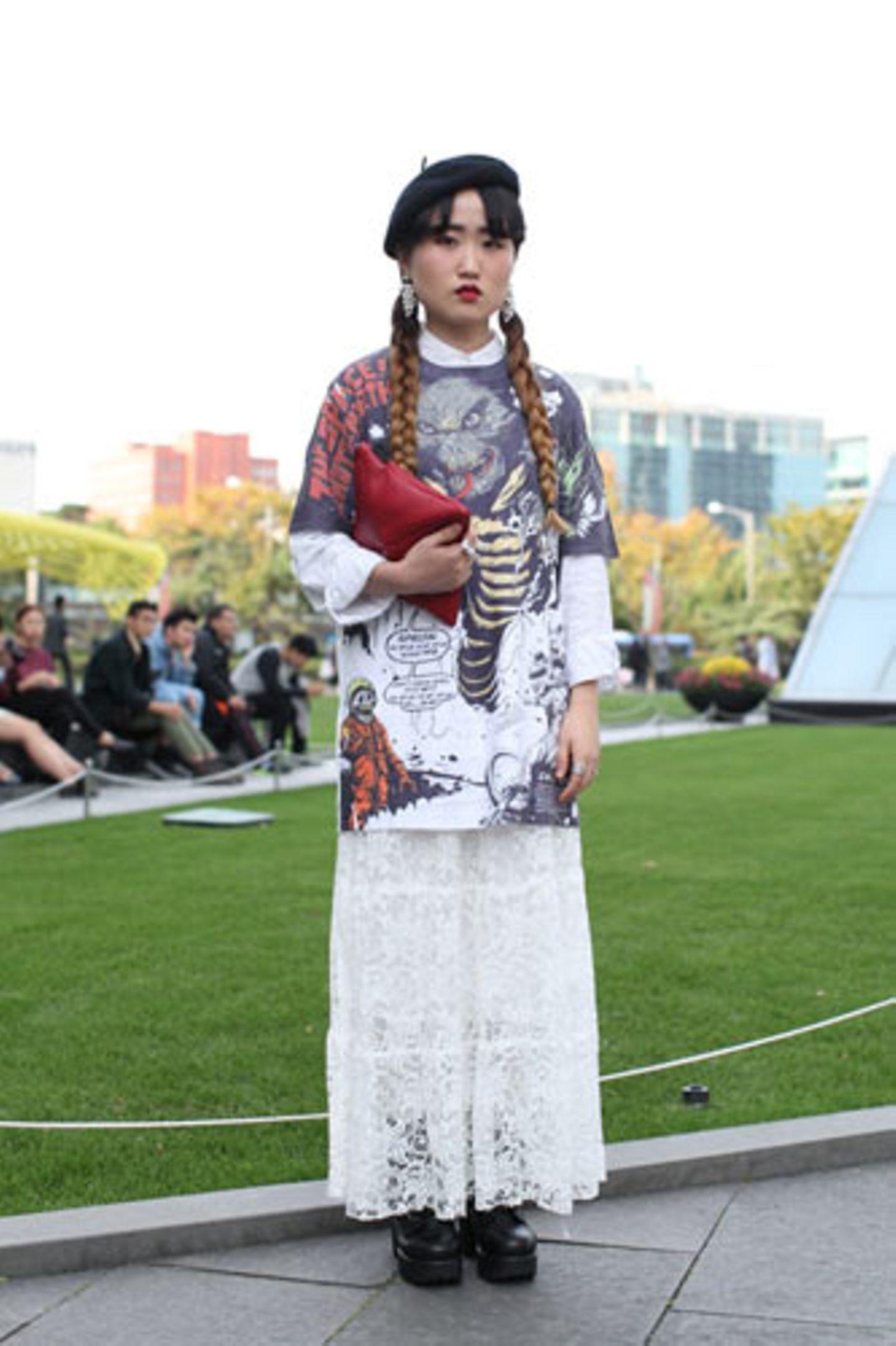 Oben Fantasy-Figur, unten Braut: Neckdi lotet mit ihrem Minute-Mirth-Shirt und dem weißen Spitzenkleid aus, wie weit ein Stilbruch gehen kann. Die Tasche ist von Eco Party.