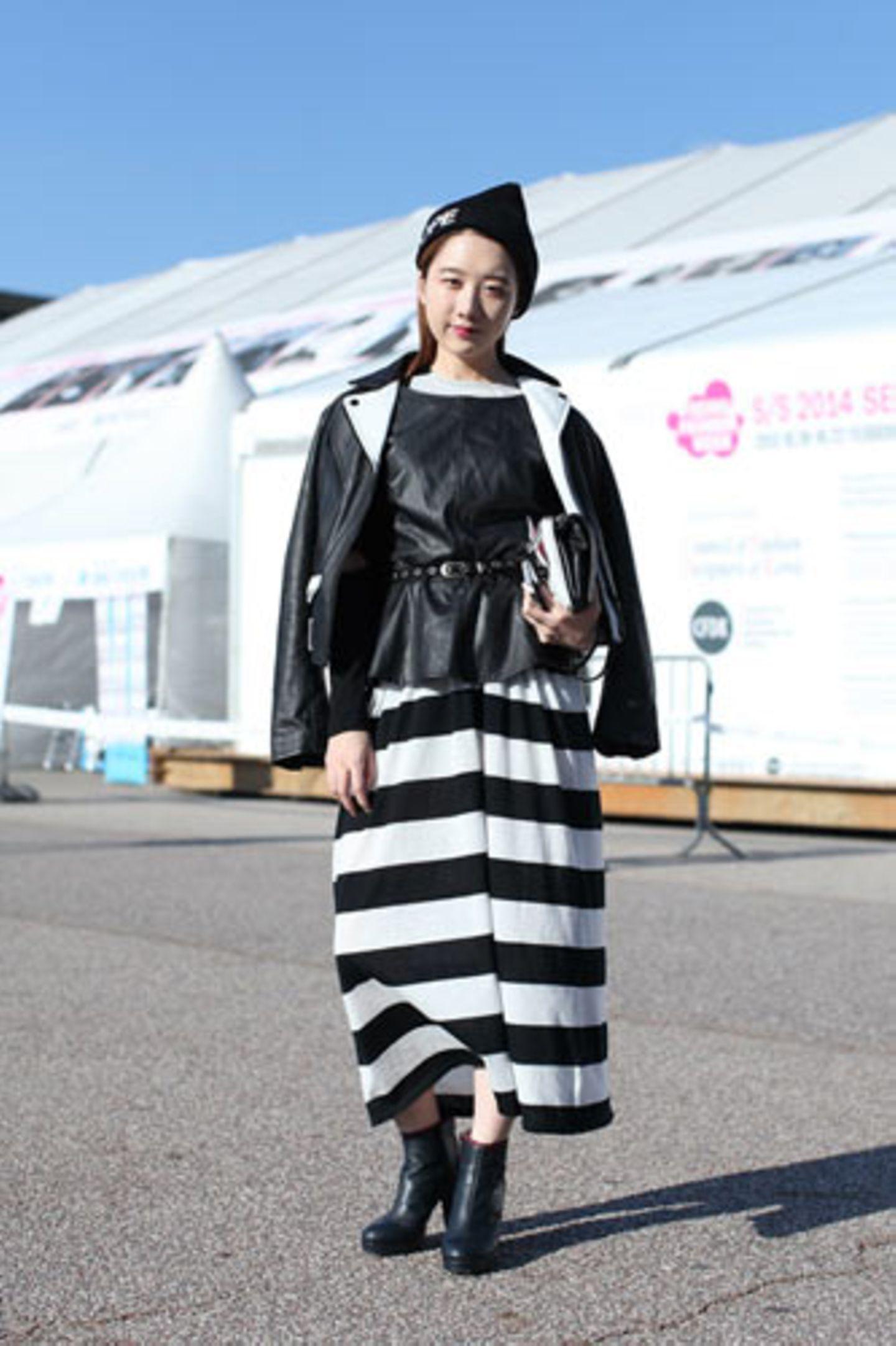 Auch Kim Mina setzt auf Schwarz und Weiß, allerdings in der etwas auffälligeren Variante. Das Maxikleid mit Blockstreifen ist von Cheap Monday, das Ledertop von H&M.
