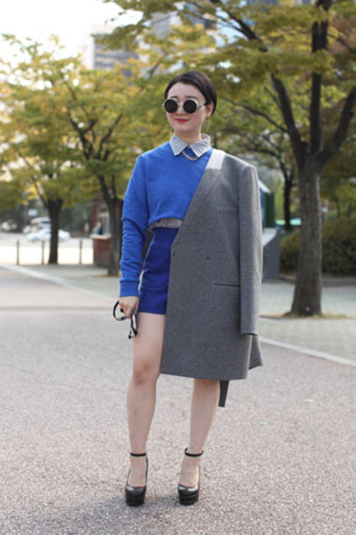 Wem bauchfrei zu gewagt ist, der trägt wie Park Houn Eun unter kurzen Pullis einfach eine Bluse.