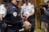 """Mehr als 500 Mal wurde Ingrid Newkirk bei solchen Aktionen verhaftet, zweimal verurteilt. Sie saß die Strafen ab, weil sie solidarisch sein will mit denen, die Geldstrafen nicht zahlen können. """"Was ich in der Zelle erlebe, ist nichts im Vergleich zu dem, was Tiere im Käfig durchmachen - weil ich weiß, dass mich niemand töten wird."""""""