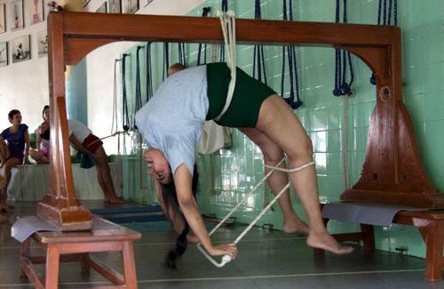 Ein Besuch: Rückbildungsgymnastik à la Iyengar: Seine Enkelin Abhijata Sridhar-Iyengar macht nach der Geburt ihrer Tochter spezielle Yogaübungen an einem Balken.