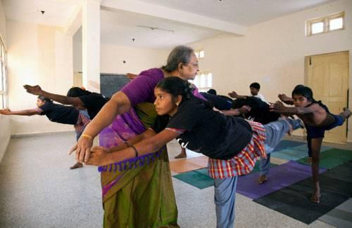 Ein Besuch: Savita Raghu, Iyengars jüngste Tochter, sorgt zusammen mit ihrem Mann Bashyam Raghu, einem Unternehmer aus Bangalore, dafür, dass die Stiftungsgelder effektiv eingesetzt werden. Wenn nötig korrigiert sie aber auch in der Yogaklasse die Haltung der Kinder.