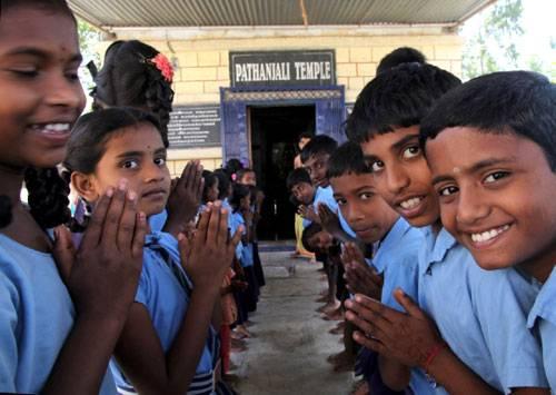 Ein Besuch: Vor dem Unterricht versammeln sich die Schüler der Grundschule im Tempel zum Gebet.