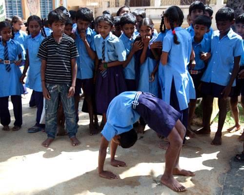 Ein Besuch: Die Grundschule in Iyengars Heimatdorf Bellur wird heute ebenso wie die High School und das neu erbaute College von der 2003 gegründeten Stiftung Iyengars finanziert.