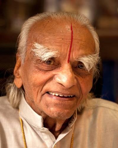 """Ein Besuch: B.K.S. Iyengar ist der bedeutendste Lehrer des modernen Yoga. Er hat die indische Lehre auch im Westen populär gemacht. Seine Schüler nennen ihn liebevoll """"Guruji""""."""