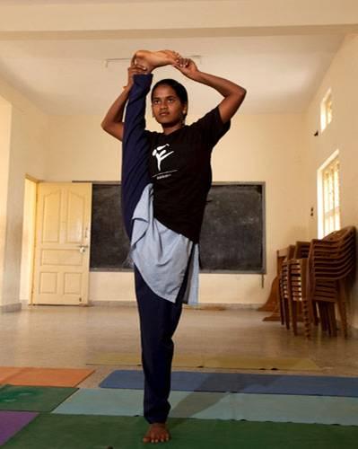 """Ein Besuch: """"Yoga ist eine Kunst"""", sagt B.K.S. Iyengar. Beim Anblick dieses Mädchens aus der fortgeschrittenen Yogaklasse kann man dem nur zustimmen."""