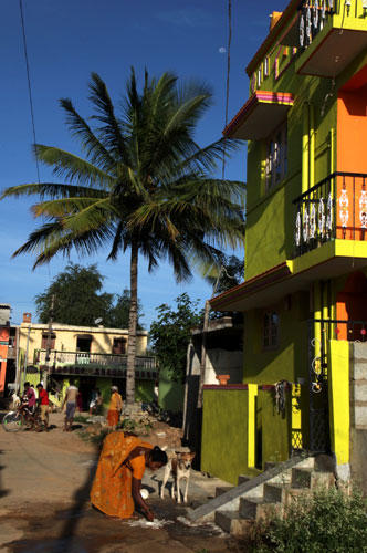 Ein Besuch: Das Dorf Bellur profitiert sehr von Iyengars Stiftung. Weil die Kinder hier eine gute Schulbildung bekommen, siedeln sich immer mehr Firmen in der Umgebung an.