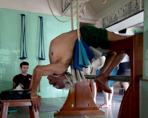 Ein Besuch: Die Übung, die Yogameister Iyengar hier zeigt, gehört zu einer Folge, die Alterserscheinungen vorbeugen soll.