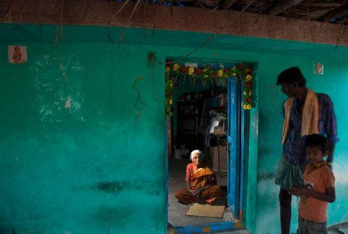 Ein Besuch: In diesem Haus wurde B.K.S. Iyengar am 14.12.1918 als elftes Kind eines Schulleiters geboren. Heute lebt hier eine andere Familie.Tagetesblüten und Tulsi, heiliges Basilikum, schmücken die Statue von Patanjali. Der indische Gelehrte aus dem fünften Jahrhundert gilt als Autor des Yoga-Standardwerkes, des Yogasutra. Iyengar hat ihm in Bellur einen eigenen Tempel bauen lassen.