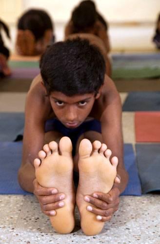 Ein Besuch: Yoga steht für alle Kinder in Bellur auf dem Stundenplan. Das ist Iyengars Wunsch.