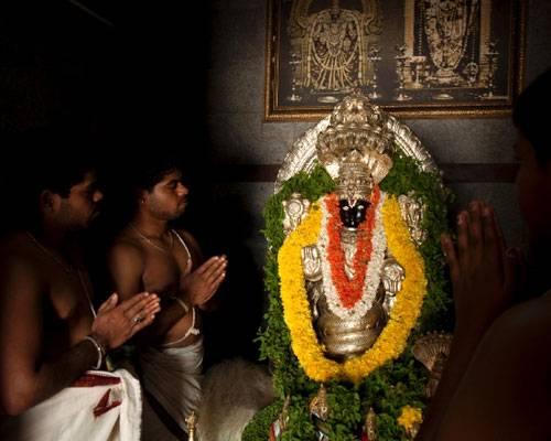 Ein Besuch: Tagetesblüten und Tulsi, heiliges Basilikum, schmücken die Statue von Patanjali. Der indische Gelehrte aus dem fünften Jahrhundert gilt als Autor des Yoga-Standardwerkes, des Yogasutra. Iyengar hat ihm in Bellur einen eigenen Tempel bauen lassen.