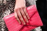 Die Farbwahl vieler Designer: bunt! Gesehen bei Chanel (in leuchtendem Gelb) und hier in starkem Pink bei Bottega Veneta.