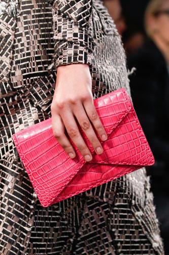 Accessoires: Die Farbwahl vieler Designer: bunt! Gesehen bei Chanel (in leuchtendem Gelb) und hier in starkem Pink bei Bottega Veneta.