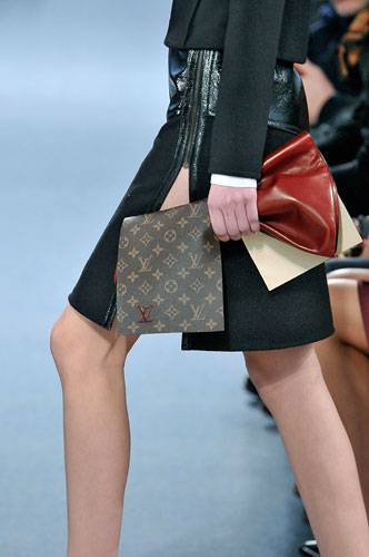 Accessoires: Auch Louis Vuitton zeigt neue Clutch-Taschen. Hier sind sie groß und weich, sodass sie sich lässig packen lassen.  Übrigens: Wenn es nach den Designern geht, tragen wir unsere Handtaschen im Winter nur noch so. Egal welche Form, jede Art von Handtasche wurde auf den internationalen Laufstegen lässig unter dem Arm getragen.