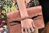 Ebenso bei Valentino: Hier trägt man die Clutch-Bag wie ein Anhängsel am Handgelenk.