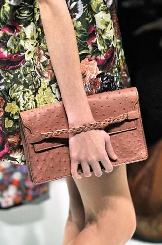 Accessoires: Ebenso bei Valentino: Hier trägt man die Clutch-Bag wie ein Anhängsel am Handgelenk.