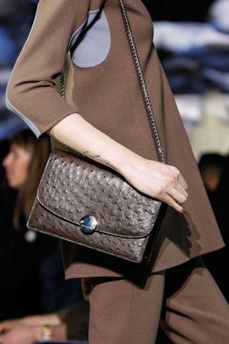 Accessoires: Marc Jacobs stimmte die Farbe der Taschen auf den einfarbigen Komplett-Look ab.