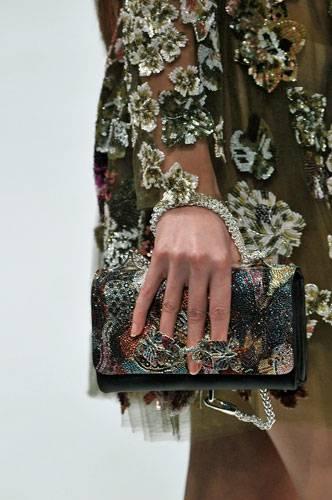 Accessoires: Auch Valentino ließ kleine Schmucktaschen kunstvoll funkeln.