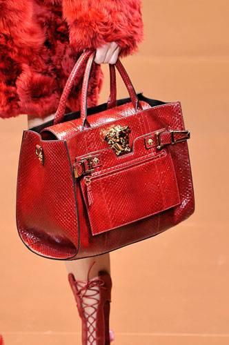 Accessoires: Bei Versace erinnert die Form der Henkeltasche an eine Doctor Bag. Das Material - knallrotes Schlangenleder - macht die Tasche luxuriös.