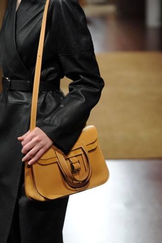 Accessoires: Auf dem Laufsteg bei Hermès: Schultertasche in einem warmen Karamellton.
