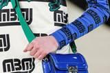 Etwas lässiger sind die kleinen Abendtaschen bei Marc by Marc Jacobs: Sie lassen sich Umhängen und bezirzen mit glänzendem Lackleder.