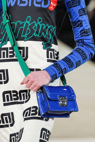 Accessoires: Etwas lässiger sind die kleinen Abendtaschen bei Marc by Marc Jacobs: Sie lassen sich Umhängen und bezirzen mit glänzendem Lackleder.