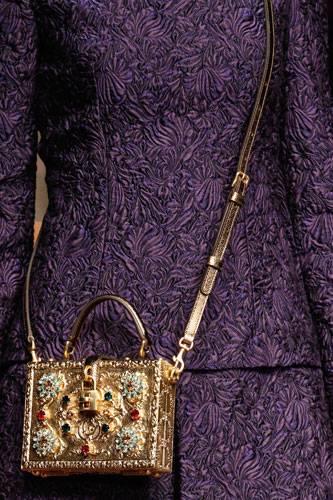 Accessoires: Ebenfalls bei Dolce & Gabbana: kastenförmige Schmucktaschen zum Umhängen. Solche Stücke lassen auch schlichte Outfits strahlen.