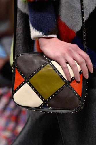 Accessoires: ... Oder - ebenso bei Valentino - im Farbmix in gedeckten Farben mit kleinen Nieten-Details.