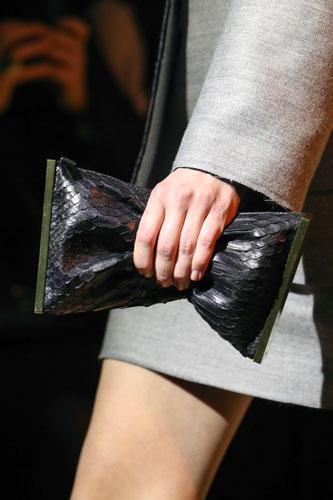 Accessoires: Die neuen kleinen Taschen bei Lanvin sind ebenfalls dazu gemacht, zusammengeknautscht in der Hand getragen zu werden.