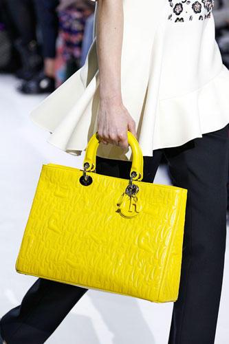 Accessoires: ... oder wahlweise in leuchtendem Gelb. Wer sagt, dass der Winter düster sein muss?