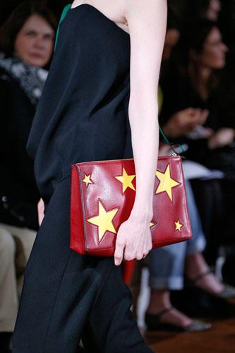 Accessoires: Bei Stella Mc Cartney sind die Clutch-Taschen in Kontrastfarben gemustert und mit Sternen verziert.
