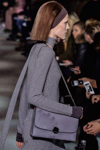Accessoires: Die Schultertaschen bei Marc Jacobs: schlicht, geräumig und mit einer Kette, die den Schultergurt ersetzt.