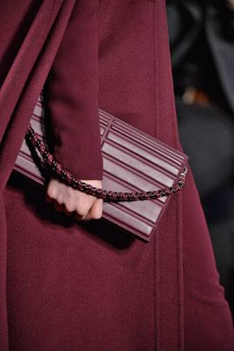 Accessoires: Auf dem Laufsteg bei Elie Saab sind die Farben gedeckter - und die Clutches haben einen Riemen, durch den man die Hand stecken kann.
