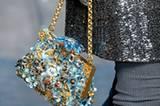 Den meisten Prunk führten Dolce & Gabbana über den Laufsteg. Die kleinen Taschen waren mit unzähligen Schmucksteinen verziert.