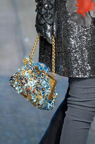 Accessoires: Den meisten Prunk führten Dolce & Gabbana über den Laufsteg. Die kleinen Taschen waren mit unzähligen Schmucksteinen verziert.