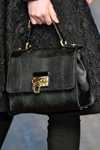 Accessoires: Chiaro! Die Italiener setzen auf Luxus aus schwarzem Leder und goldenen Details. Diese Henkeltasche zeigte Dolce & Gabbana auf dem Laufsteg.