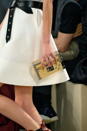 Accessoires: Bei Louis Vuitton gab es kunstvolle, kastenförmige Mini-Taschen zu sehen.