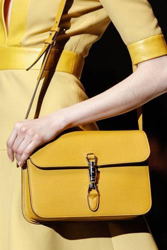 Accessoires: Schultertasche bei Gucci: ein sattes Gelb trifft auf robustes Strukturleder und raffinierte Verschlüsse.