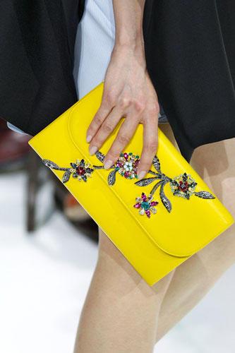 Accessoires: Dior präsentierte aufwändig verzierte Clutch-Bags in Leuchtfarben.