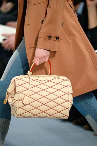 Accessoires: Auch bei Louis Vuitton versprühen die Taschen Retro-Charme.