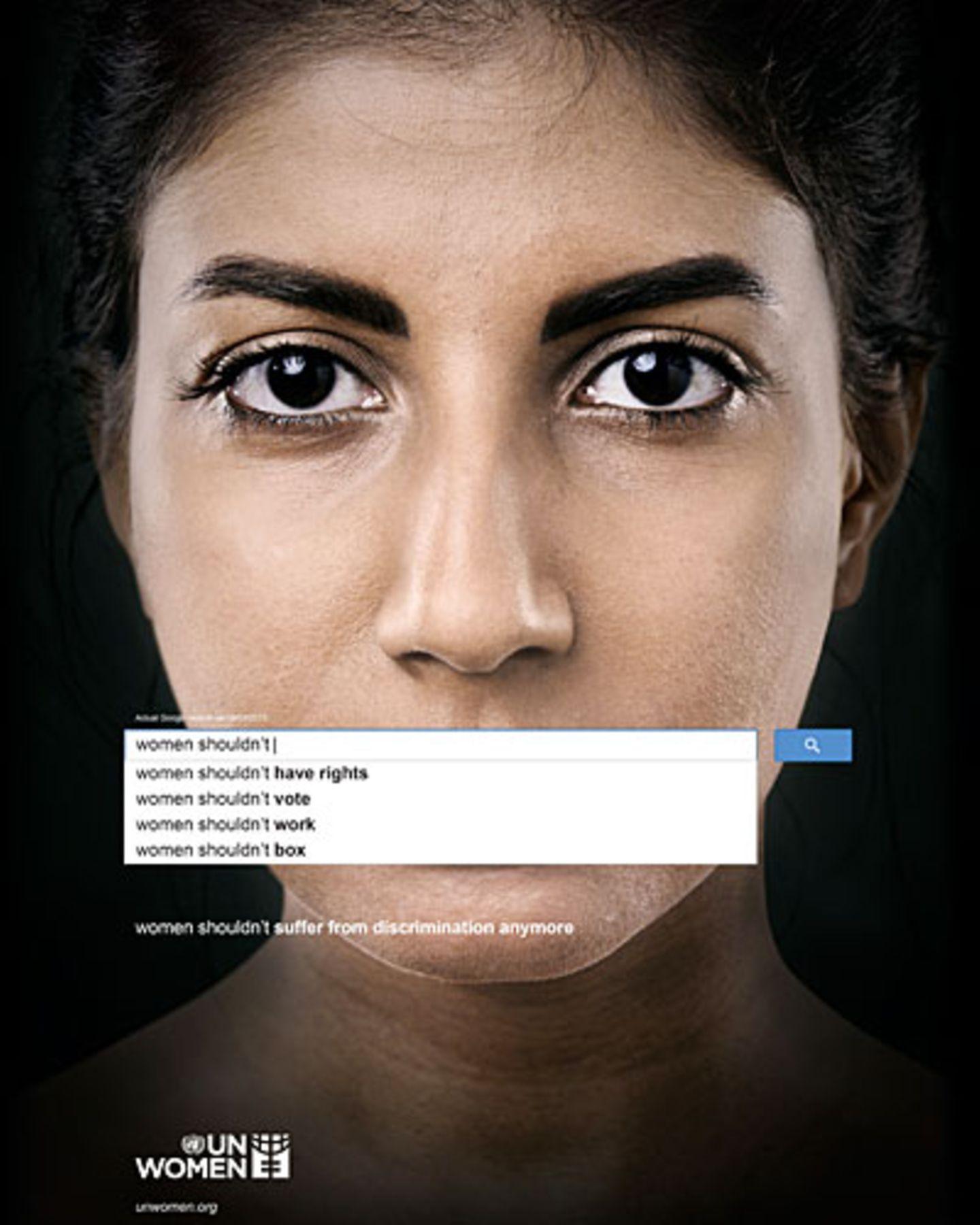 """Wir alle nutzen Google, die meisten täglich. Und jeder kennt die Suchvorschläge, die auftauchen, wenn man Worte in das Suchfeld eingibt. Eigentlich sollen sie uns nur helfen, schneller ans Ziel zu kommen. Aber sie sagen auch Einiges über unsere Gesellschaft aus. Gibt man in das Suchfeld etwa die Worte """"Women shouldn't"""" ein, macht uns Google sehr erstaunliche Vorschläge: """"Women shouldn't have rights"""" - Frauen sollten keine Rechte haben. Oder: """"Women shouldn't vote"""" - Frauen sollten nicht wählen. Ist Google also sexistisch? Nein, viel schlimmer. Es zeigt uns eine Meinung, die sehr viele Menschen weltweit teilen. Denn die Auto-Vervollständigung von Google ist kein Zufall, sondern basiert auf den Eingaben der meisten User. """"Die Begriffe werden automatisch erstellt und basieren auf einer Vielzahl von Faktoren, unter anderem der Beliebtheit bestimmter Suchbegriffe im Internet"""", erklärt ein Sprecher von Google Deutschland. Dass so viele Menschen Begriffe wie """"Women shouldn't have rights"""" suchen, zeigt die weitreichende Diskriminierung in unserer Gesellschaft - darauf macht die UN-Organisation """"UN Women"""" mit ihrer neuen Kampagne aufmerksam. Mehr bei BRIGITTE: Frauen-Porträts: Die Stunde der Frauen Sexistische Werbung: Wehrt euch mit #ichkaufdasnicht Syriens Frauen und der Krieg"""