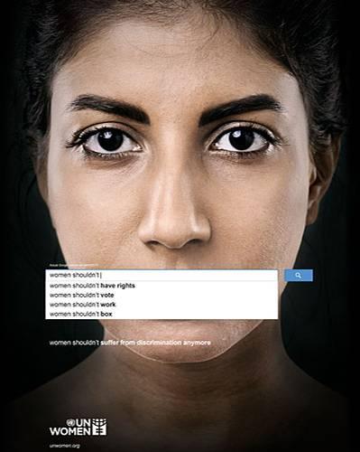 """Diskriminierung: Wir alle nutzen Google, die meisten täglich. Und jeder kennt die Suchvorschläge, die auftauchen, wenn man Worte in das Suchfeld eingibt. Eigentlich sollen sie uns nur helfen, schneller ans Ziel zu kommen. Aber sie sagen auch Einiges über unsere Gesellschaft aus. Gibt man in das Suchfeld etwa die Worte """"Women shouldn't"""" ein, macht uns Google sehr erstaunliche Vorschläge: """"Women shouldn't have rights"""" - Frauen sollten keine Rechte haben. Oder: """"Women shouldn't vote"""" - Frauen sollten nicht wählen. Ist Google also sexistisch? Nein, viel schlimmer. Es zeigt uns eine Meinung, die sehr viele Menschen weltweit teilen. Denn die Auto-Vervollständigung von Google ist kein Zufall, sondern basiert auf den Eingaben der meisten User. """"Die Begriffe werden automatisch erstellt und basieren auf einer Vielzahl von Faktoren, unter anderem der Beliebtheit bestimmter Suchbegriffe im Internet"""", erklärt ein Sprecher von Google Deutschland. Dass so viele Menschen Begriffe wie """"Women shouldn't have rights"""" suchen, zeigt die weitreichende Diskriminierung in unserer Gesellschaft - darauf macht die UN-Organisation """"UN Women"""" mit ihrer neuen Kampagne aufmerksam. Mehr bei BRIGITTE: Frauen-Porträts: Die Stunde der Frauen Sexistische Werbung: Wehrt euch mit #ichkaufdasnicht Syriens Frauen und der Krieg"""