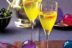 Kir Royal mal anders: Statt Crème de Cassis sorgen hier Mandarinen für das fruchtige Aroma. Zum Rezept: Mandarinen Royal