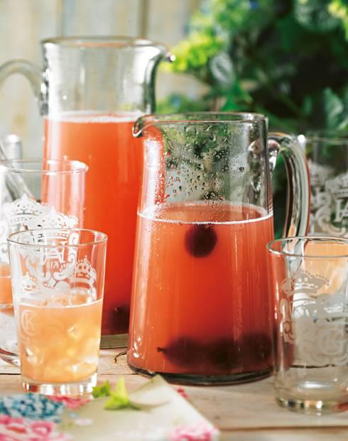 Mit Zitronenverbene, diesem fabelhaft aromatischen Kräutlein, und gefrorenen Beeren ? unserer geschmackvollen Eiswürfel-Alternative. Zum Rezept: Stachelbeer-Melonen-Limonade