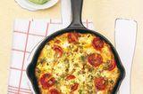 Tomaten, Lauchzwiebeln, Ei, Oliven und Ziegenkäse - das schmeckt gleich heiß aus der Pfanne! Die grüne Soße ist auch super zu Pasta und zu Pellkartoffeln. Zum Rezept: Tortilla mit Grüner Soße