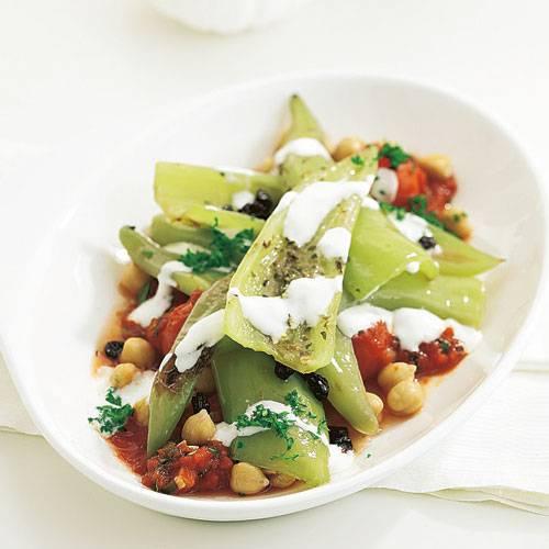 Die grünen Spitzpaprika werden mit Korinthen und Kichererbsen in der Pfanne geschmort. Dazu gibt's Tomatensalsa. Zum Rezept: Geschmorte Paprika mit Tomaten-Salsa
