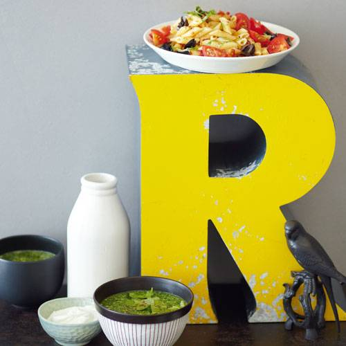 Nudelsalat mit Tomaten und Oliven & Pestosüppchen