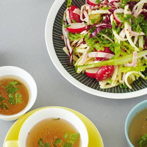 Wurstsalat mit Radieschen und Blattsalaten & Kohlrabi-Vanille-Essenz