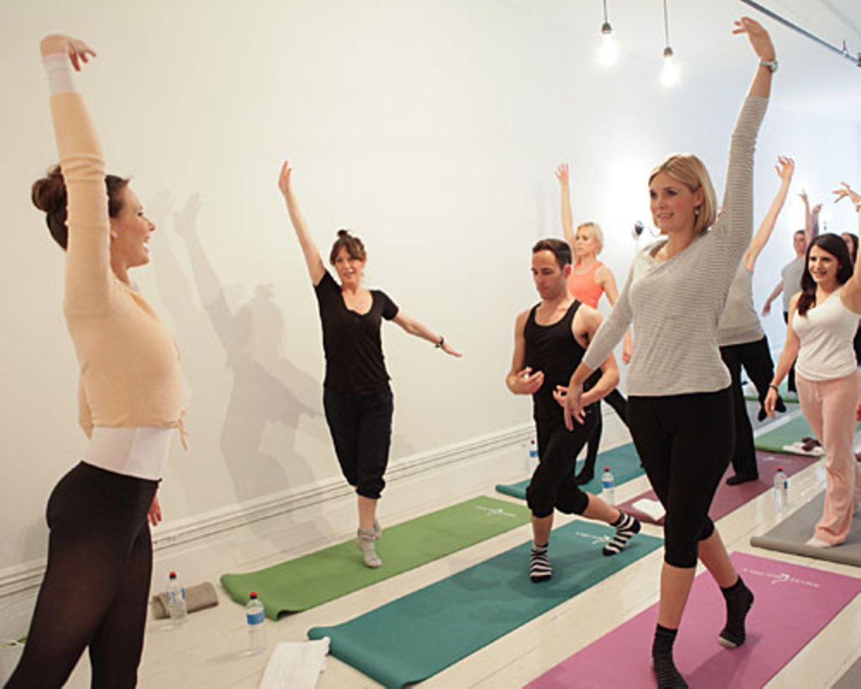 Später verrät uns die Promi-Trainerin eines der Geheimnisse, um auszusehen wie eine Ballerina: Eine tolle Haltung. Die könne man trainieren, indem man den Oberkörper stärke.