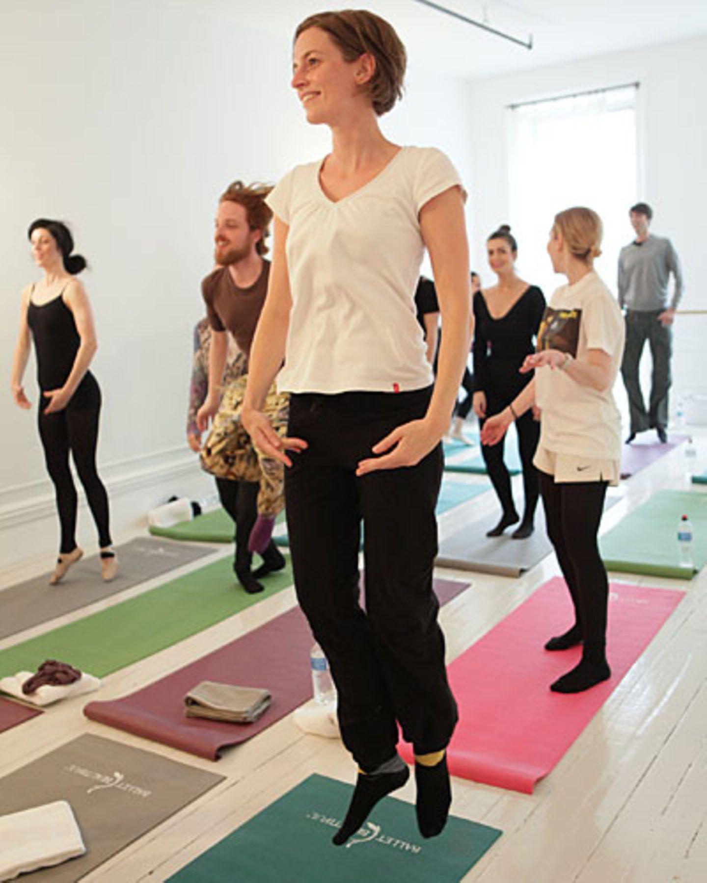 """... und bei mir so. Trotzdem habe ich das Gefühl zu fliegen. Schön! Trainingserfolg nach einer Stunde: Ich bin ordentlich außer Puste. Und werde an den nächsten Tagen viele Muskeln spüren, von denen ich lange nichts gehört habe. Mit Natalie Portman hat Mary Helen Bowers übrigens ein Jahr lang trainiert, fünf bis sechs Tage pro Woche, fünf Stunden täglich. Das Ergebnis - ein perfekt modellierter Ballerina-Körper - ist in """"Black Swan"""" zu bewundern. Wer Lust hat, das Ballett-Workout auszuprobieren: Unter www.ballettbeautiful.com kann man Videos anschauen und ein interaktives Online-Training buchen."""
